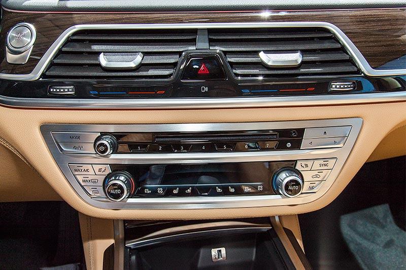 BMW 740Le mit PlugIn-Hybrid, Mittelkonsole mit Bedienung der Klima-Anlage über Touch-sensitve Tasten