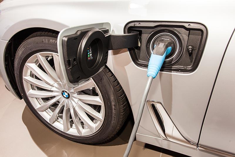 BMW 740Le mit PlugIn-Hybrid, Steckdose zum Laden