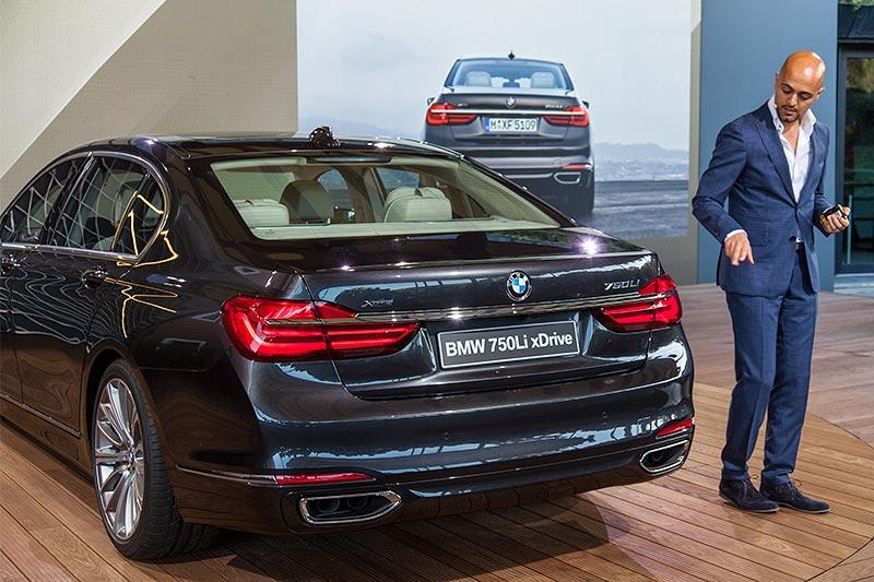 BMW Designer Nader Faghihzadeh erklärt im Hotel Six Senses Douro Valley das 7er-Design