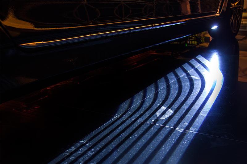 BMW 750Li xDrive Individual, Welcome Light Carpet (beleuchteter Lichtteppich im Einstiegsbereich)