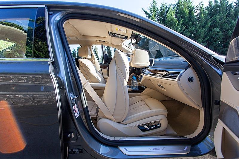 BMW 750Li xDrive mit Executive Lounge, der Chaffeuer kann dank des vorgefahrenen Beifahrersitzes den rechten Aussenspiegel nicht mehr richtig einsehen
