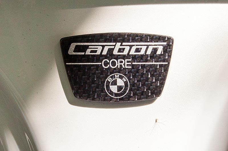 Carbon Core Schild auf der B-Säule des BMW 740i mit M Sportpaket