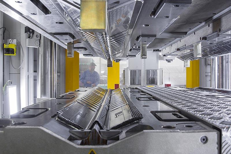 BMW 7er Produktion im Werk Dingolfing, CFK-Produktion: Leichtbau, intelligenter Materialmix