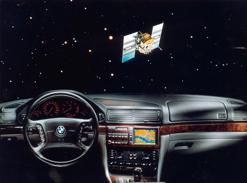 BMW 7er, 3. Generation: Modell E38, mit dem ersten weltweit ab Werk verbauten Navigationssystem