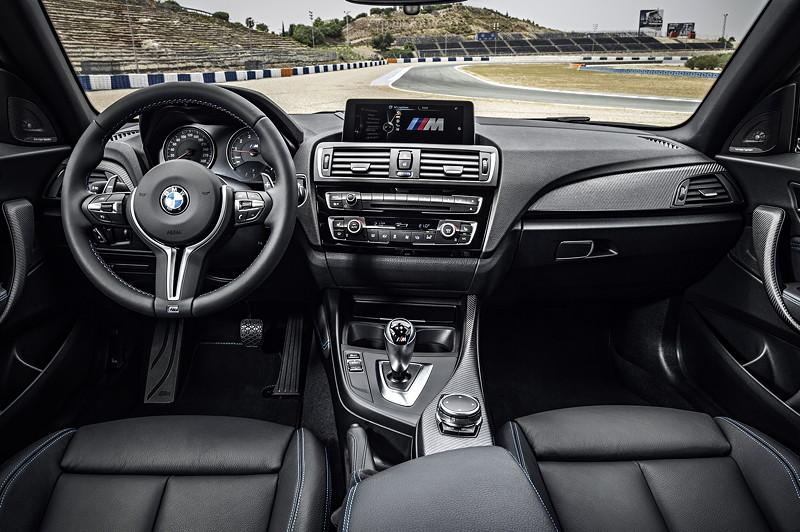 BMW M2, M typisch gestaltetes Interieur mit Sportsitzen, M Sportlenkrad und M Schalthebel