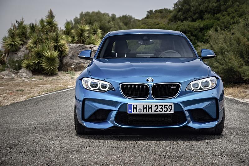 BMW M2 in Außenfarbe Long Beach Blue metallic, insgesamt stehen vier Farben zur Auswahl