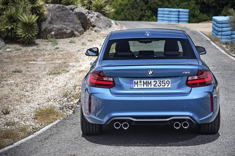 BMW M2, ggü. des Serien 2ers deutlich verbreiterte Kotflügel: hinten um 80 mm und vorne um 55 mm