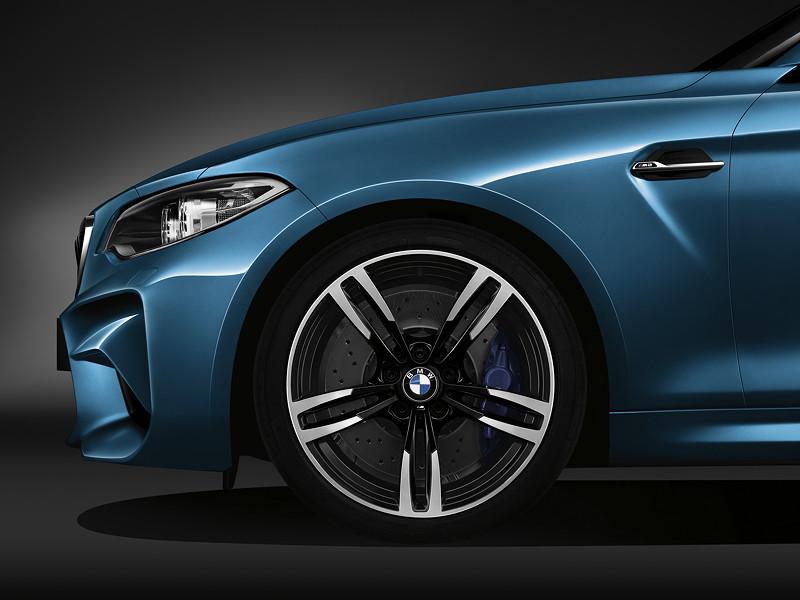 BMW M2, mit exklusiven 19-Zoll-Aluminium-Schmiederädern Doppelspeiche 437 M, vorne 9Jx19 mit 245/35 Bereifung