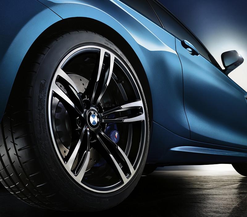 BMW M2, mit exklusiven 19-Zoll-Aluminium-Schmiederädern Doppelspeiche 437 M, hinten 10Jx19 mit 265/35 Bereifung