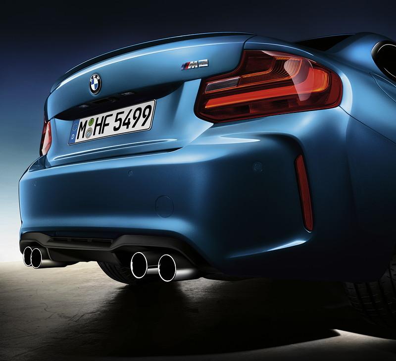 BMW M2, mit Doppelendrohr- Sportabgasanlage und M Heckspoiler