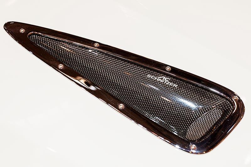 Lüftungsöffnung namens 'Bonnet Vents' auf der Motorhaube des BMW X6 FALCON by AC Schnitzer