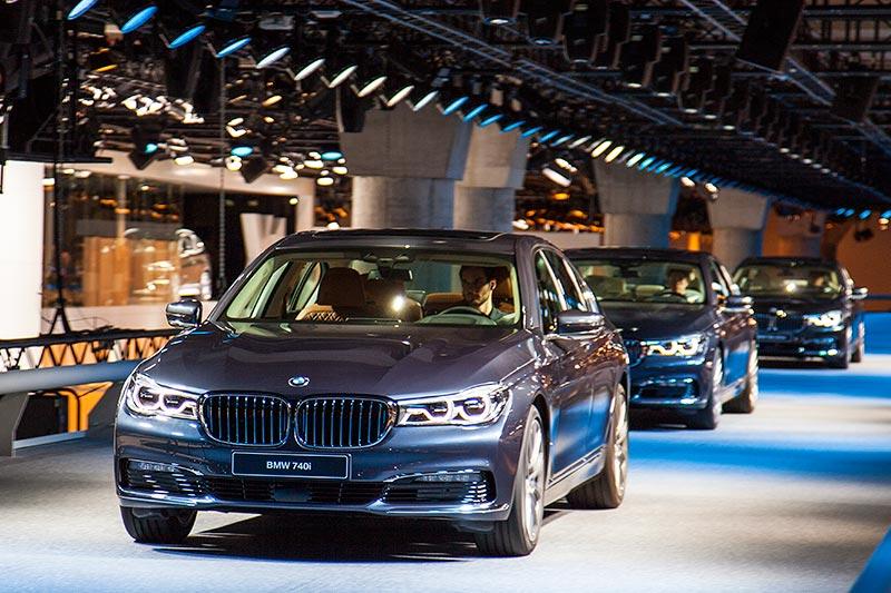 BMW 740i (G11) fahrend in der Messehalle 11 auf dem BMW Stand präsentiert, IAA 2015