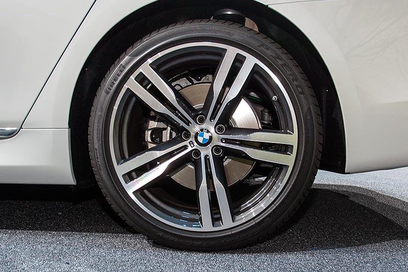 BMW 730d xDrive mit M Sportpaket, 20 Zoll M Leichtmetallrad Doppelspeiche 648 M Bicolor