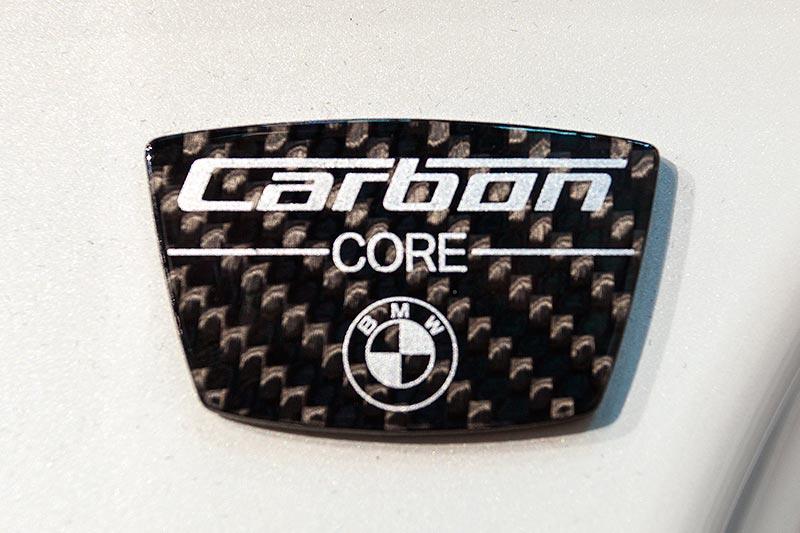 Carbon Core Schild auf der B-Säule des 7er-BMW, verdeckt durch die Türen