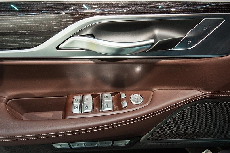BMW 730d xDrive mit M Sportpaket, alle Tasten und Türgriff aus edlen Materialien