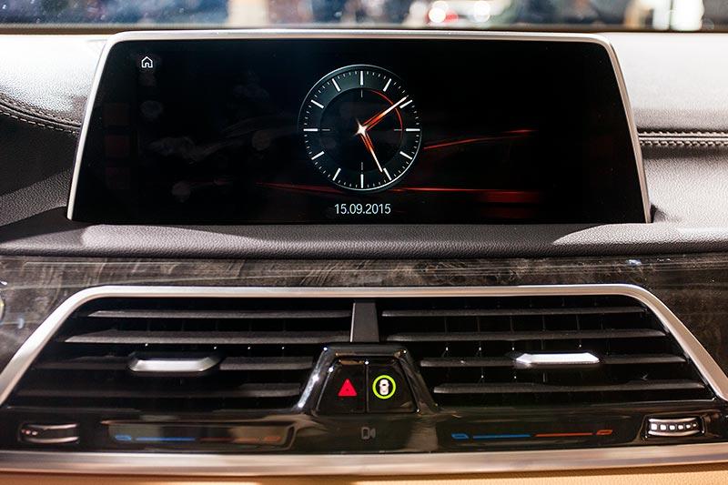 BMW 740Le mit PlugIn-Hybrid, Bordmonitor vorne