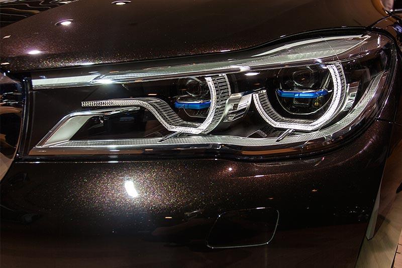 BMW 750Li xDrive Individual mit Laserscheinwerfern, zu erkennen an den blauen Elementen