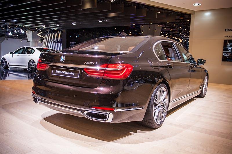 BMW 750Li xDrive Individual mit Exterieurpaket Pure Excellence mit Chromspange, die die Auspuffblenden verbindet