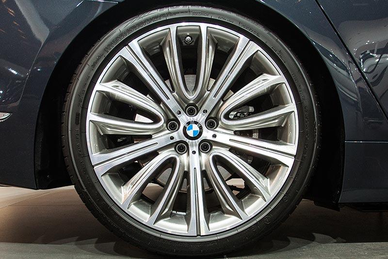 BMW 730d auf 20 Zoll Leichtmetallrädern V-Speiche 628 Bi-Color mit Mischbereifung und Notlaufeigenschaften