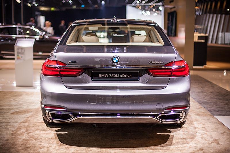 BMW 750Li xDrive mit Pure Excellence Exterieur Paket: die Auspuffblenden sind über ein zusätzliches Chromband verbunden