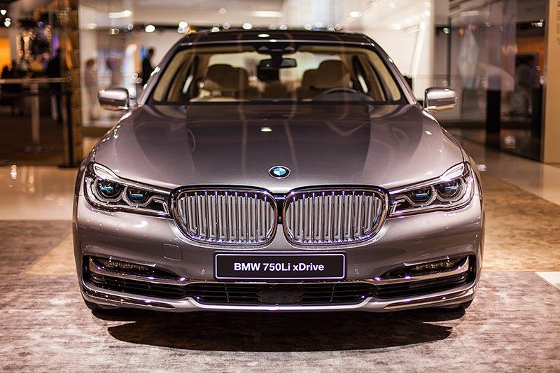 BMW 750Li xDrive mit Pure Excellence Exterieur Paket: Nierenstäbe in Silber mit verchromten Stabfronten