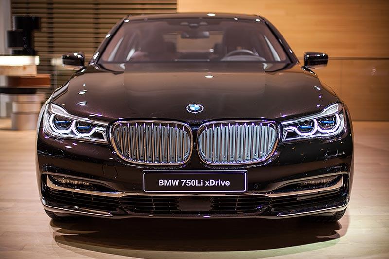 BMW 750Li xDrive Individual mit Exterieurpaket Pure Excellence mit mehr Chrom in der Niere