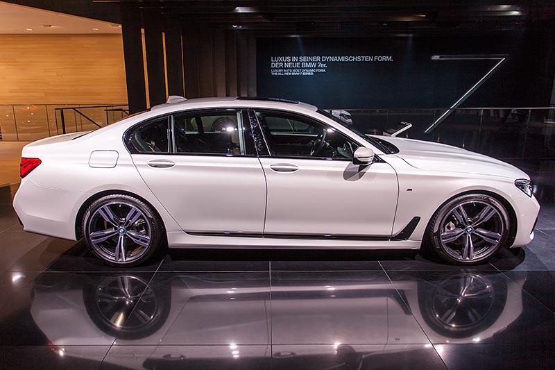 BMW 730d xDrive mit M Sportpaket und Shadowline. Die seitliche Chromleiste ist hochglanz lackiert.