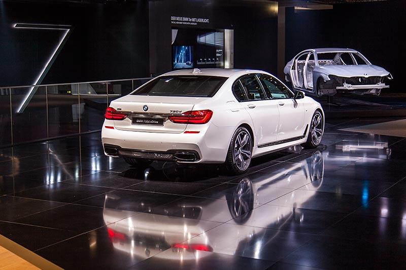BMW 730d xDrive mit M Sportpaket und Shadowline in der 7er-Ausstellung, BMW Messestand, IAA 2015