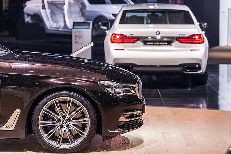 BMW 750Li xDrive Individual vor dem BMW 730d xDrive mit M Sportpaket