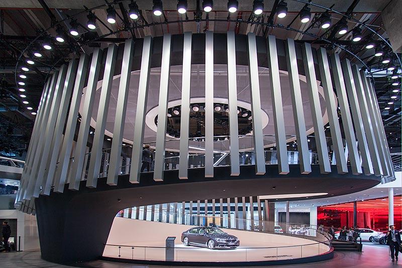 Am Eingang zur Halle 11 werden die Besucher vom neuen 7er begrüßt