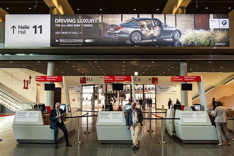 Hinweisschild auf den neuen 7er vor Halle 11, Frankfurter Messegelände