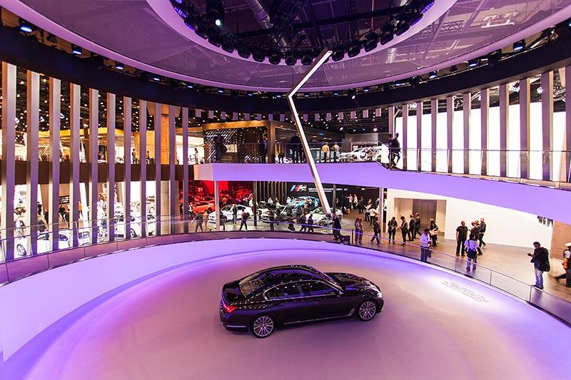 BMW 750Li xDrive im Eingangsbereich zur Halle 11, BMW Messestand, IAA 2015