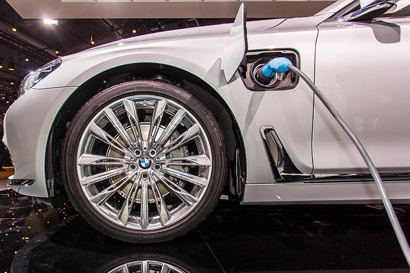 BMW 740Le mit PlugIn-Hybrid, Betankung per Steckdose