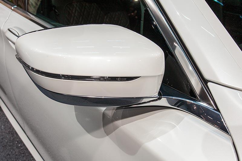 BMW 730d xDrive mit M Sportpaket, neuer Aussenspiegel, der aus der Chromleiste der Fenstergrafik hervorkommt