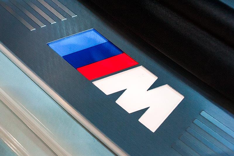 BMW 730d xDrive mit M Sportpaket, beleuchtetes M Logo in der Einstiegsleiste