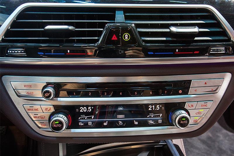 BMW 730d xDrive mit M Sportpaket, Klimabedienteil auf der Mittelkonsole
