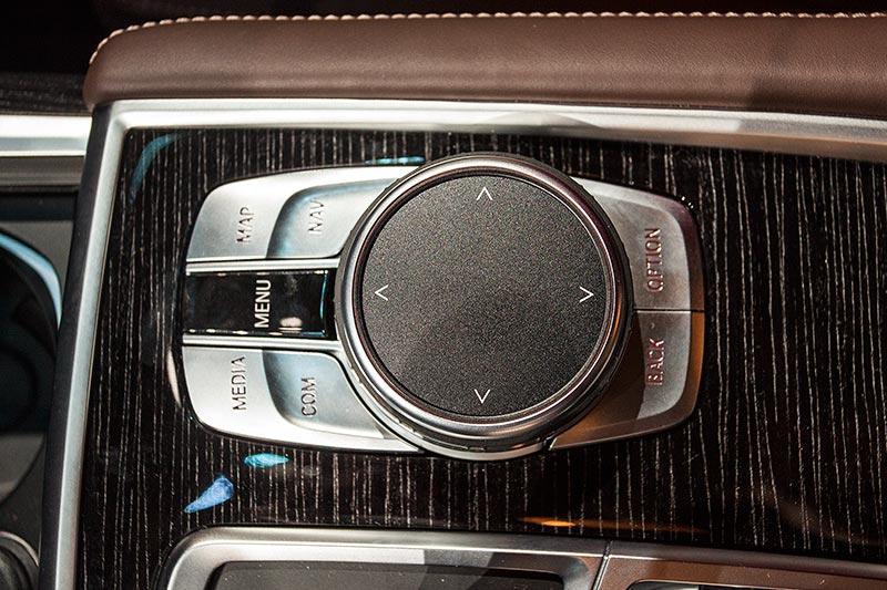 BMW 730d xDrive mit M Sportpaket, aktualisiertes iDrive-System, u. a. mit Zurück-Taste