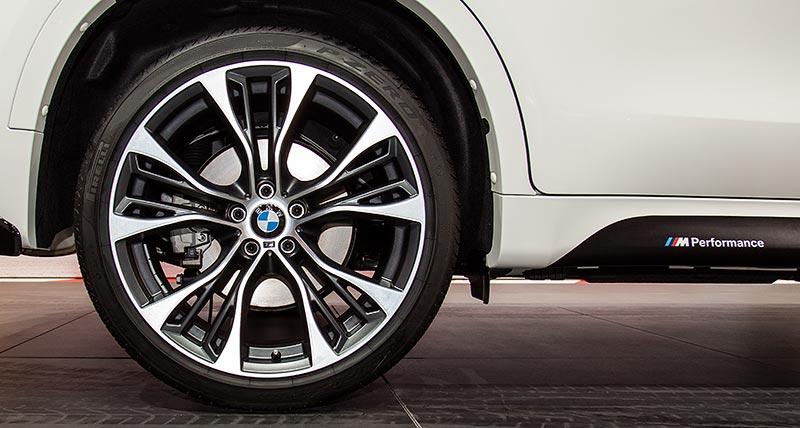BMW X6 xDrive35i mit BMW M Performance Felgen und BMW M Performance Schriftzug