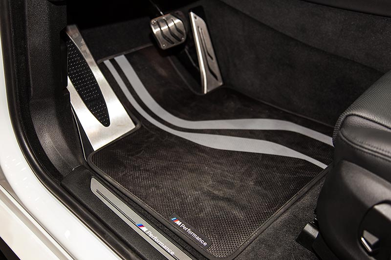 BMW X6 xDrive35i mit BMW M Performance Fußmatte, Pedalerie und Schriftzug in Einstiegsleiste