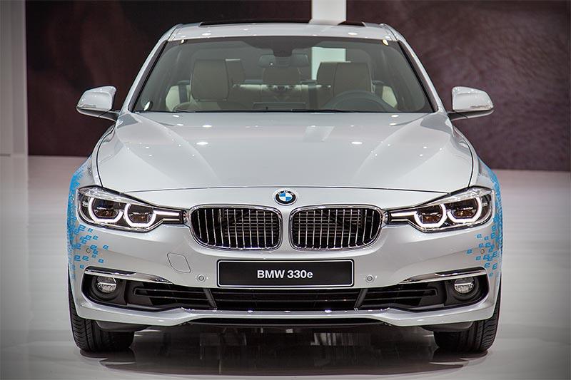 IAA 2015: BMW 330e mit PlugIn-Hybrid und 4-Zylinder Reihenmotor