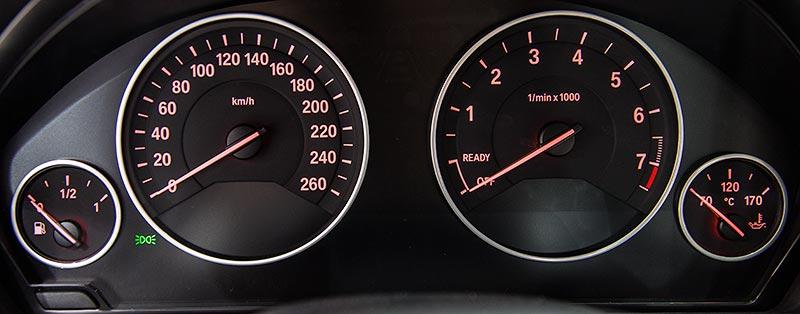 BMW 330e, Tacho-Instrumente