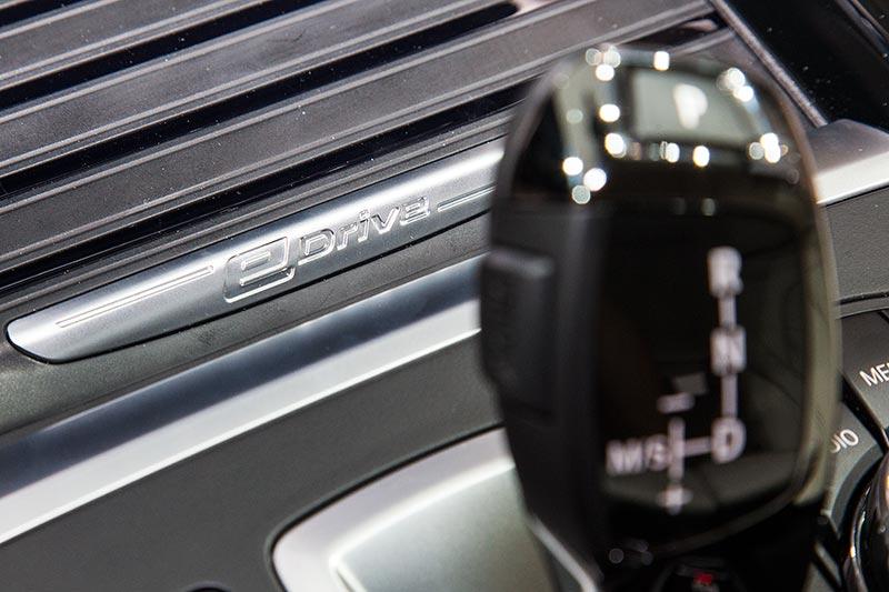 BMW 330e mit eDrive Schriftzug auf der Mittelkonsole