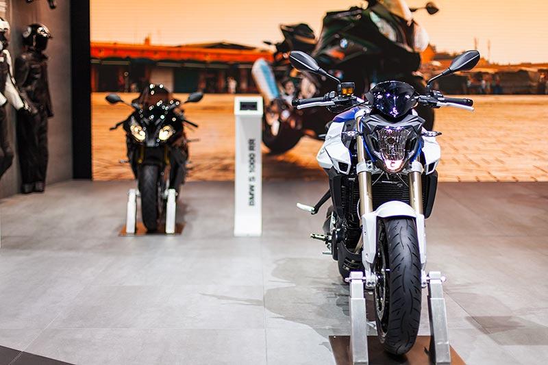 IAA 2015: BMW F 800 R (rechts) neben der BMW S 1000 RR