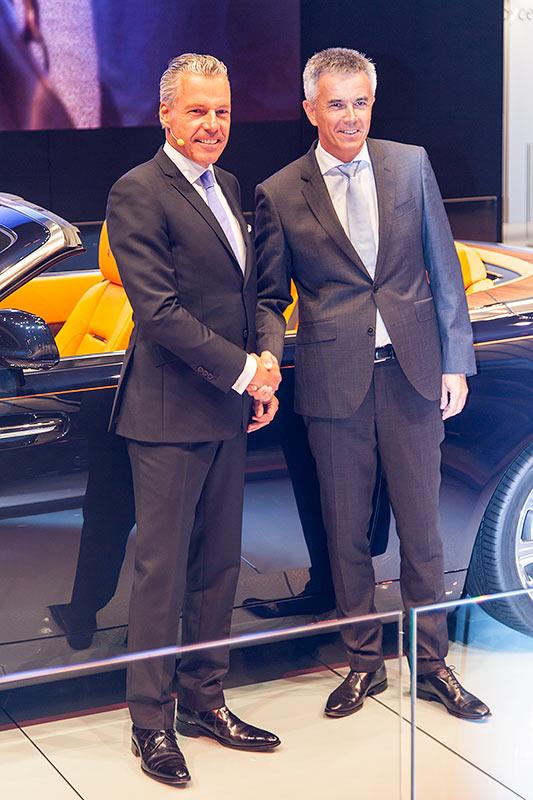 Rolls-Royce CEO Torsten Müller-Ötvös (links) bei der Weltpremier des Dawn