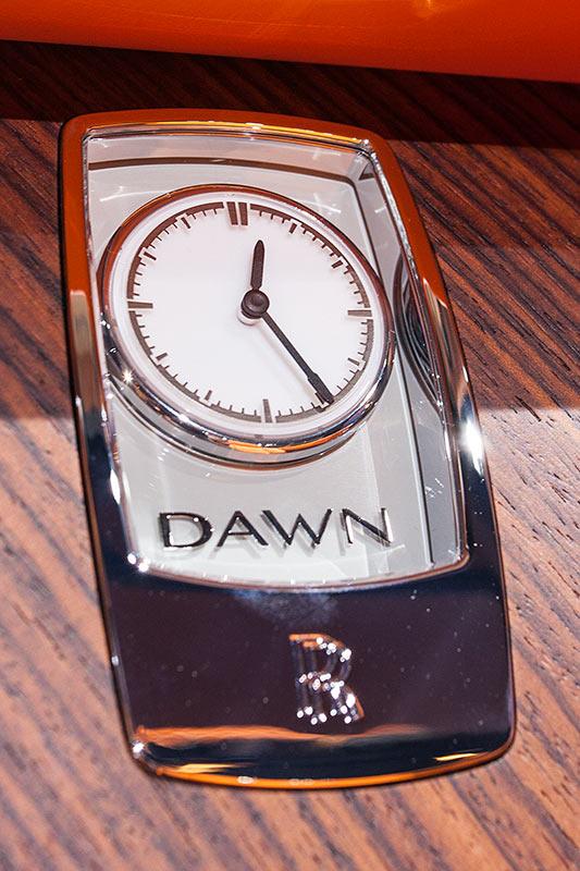 Rolls-Royce Dawn mit Analog-Uhr