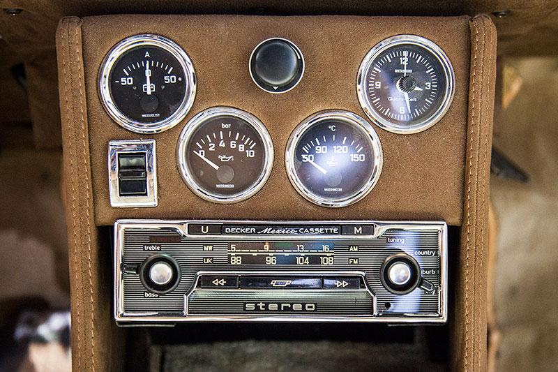 BMW 2002 TI 'Diana', Mittelkonsole mit Zusatz-Instrumenten und Kassetten-Radio