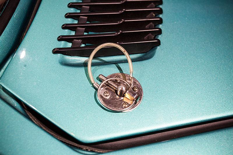 BMW 3,0 CSL, Leichtbau-Variante, Verschluss der Motorhaube