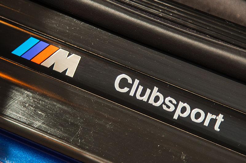 BMW 320i Clubsport, Schriftzug in der Einstiegsleiste