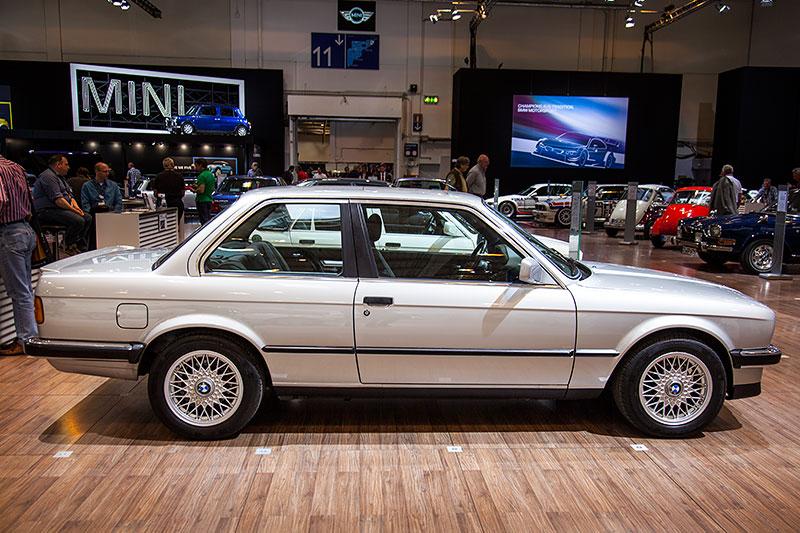 BMW 325e mit 6-Zylinder-Reihenmotor, 122 PS