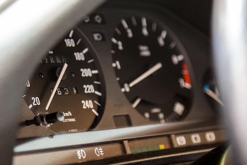 BMW 325e, Tacho-Instrumente